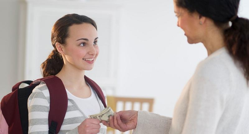 Không nên dùng tiền để dụ con cái làm việc nhà