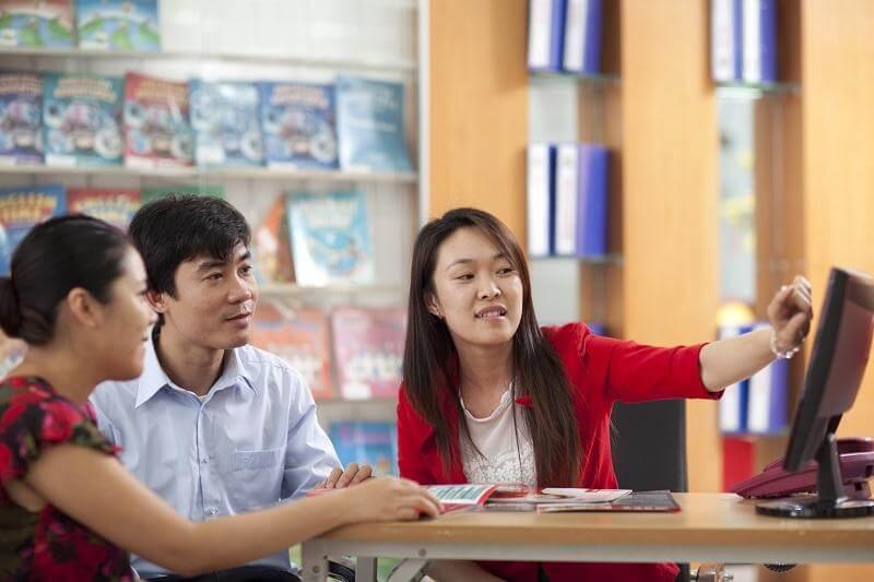 Phụ huynh được tư vấn kỹ về nội dung chương trình và học phí khi đăng ký chương trè học hè tại Trường Tây Úc