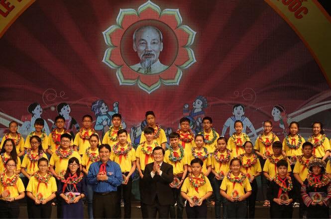 Chủ tịch nước Trương Tấn Sang trao tặng bằng khen Cháu ngoan Bác Hồ cho các em đại biểu xuất sắc