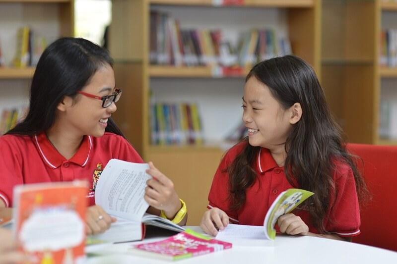 Vui vẻ cùng bạn Phương Mỹ Chi tại thư viện của trường