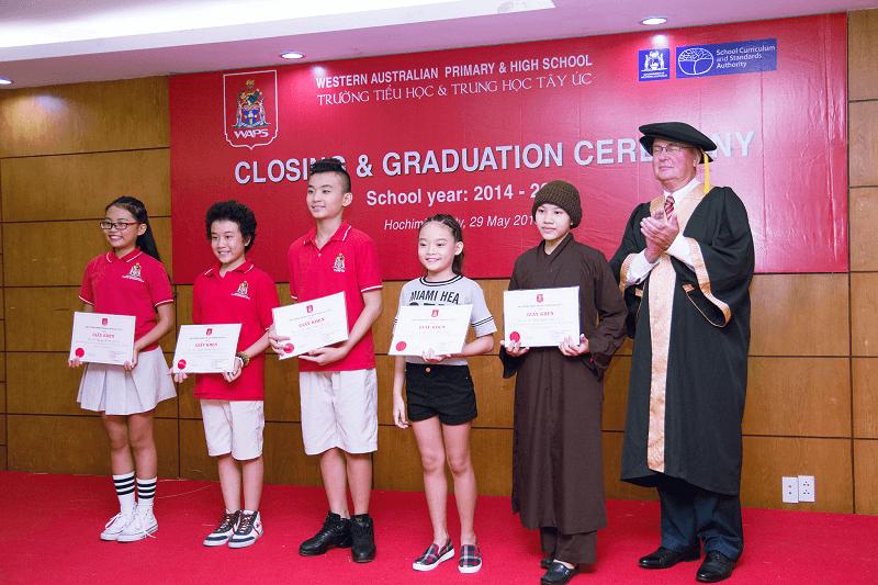 Hoàng Anh vui mừng nhận phần thưởng trong buổi lễ tổng kết năm học 2014 -2015 của Trường Tây Úc