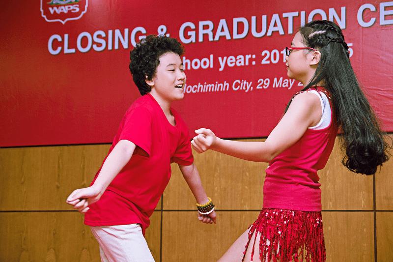 """Cùng bạn nhảy Phương Mỹ Chi """"quậy tưng bưng"""" tại buổi văn nghệ của trường"""