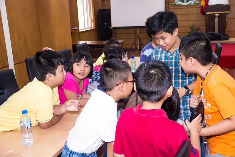 Tham gia buổi học, các em được phân chia thành những nhóm nhỏ, cùng nhau giải quyết vấn đề mà giáo viên yêu cầu