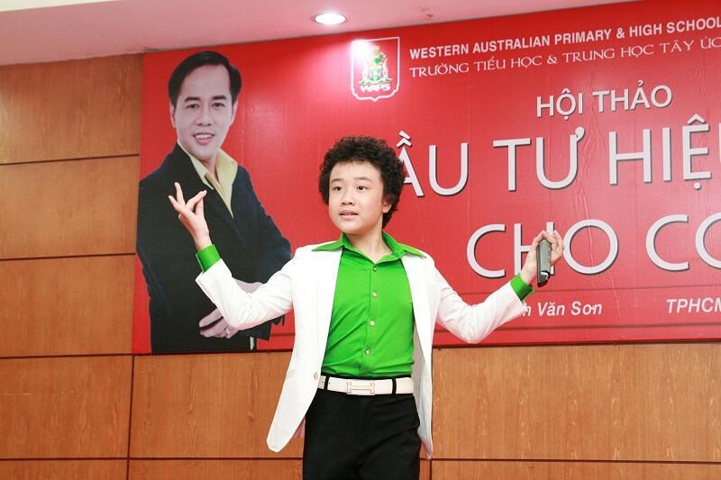"""Nguyễn Hoàng Anh mở đầu chương trình với tiết mục sôi động """"Chiếc thuyền nan"""""""