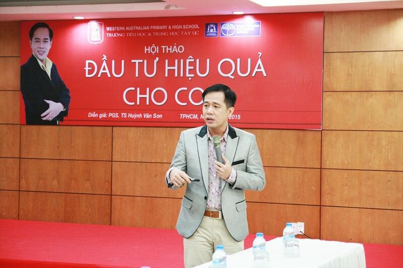 Diễn giả Huỳnh Văn Sơn chia sẻ những kinh nghiệm quý báu trong việc đầu tư hiệu quả cho con