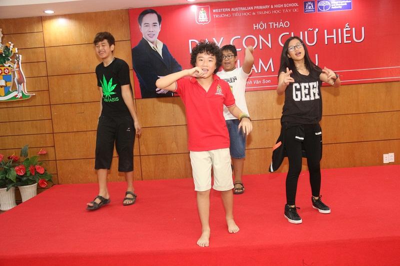 Các em học sinh đang tích cực tập múa chuẩn bị cho ngày khai giảng