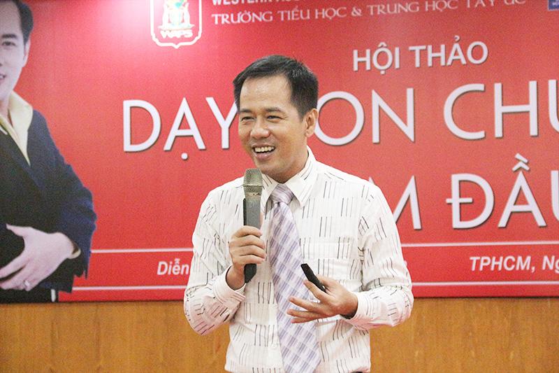 The speaker Huynh Van Son sharing practical lessons for children