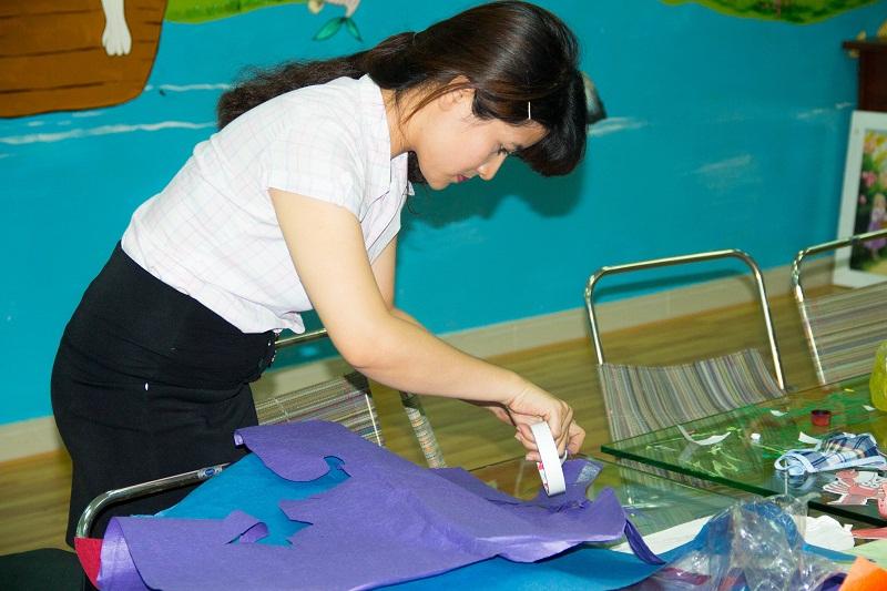 Cô Minh Thư đang trang trí cho phòng Mỹ Thuật