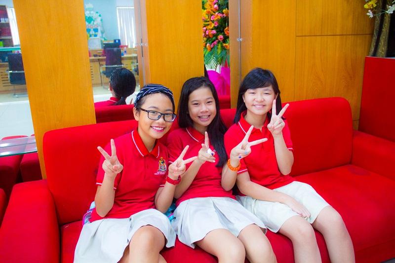 Các em học sinh vui mừng khi được gặp lại nhau
