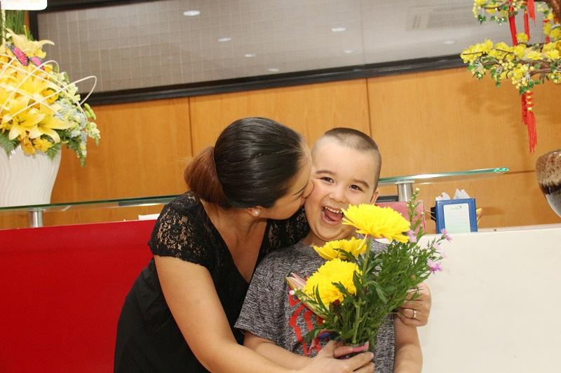 mẹ vui khi con tang hoa