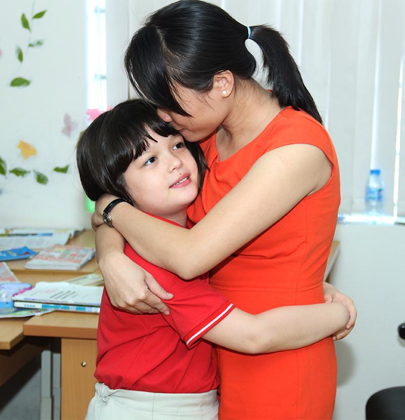 Những cái ôm đầy tình cảm của cô trò