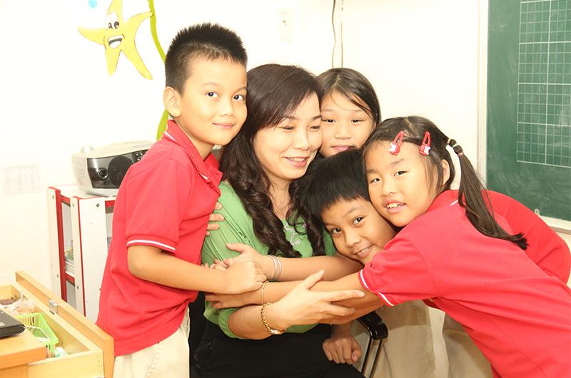 Niềm hạnh phúc dâng trào khi được các học trò của mình vây quanh