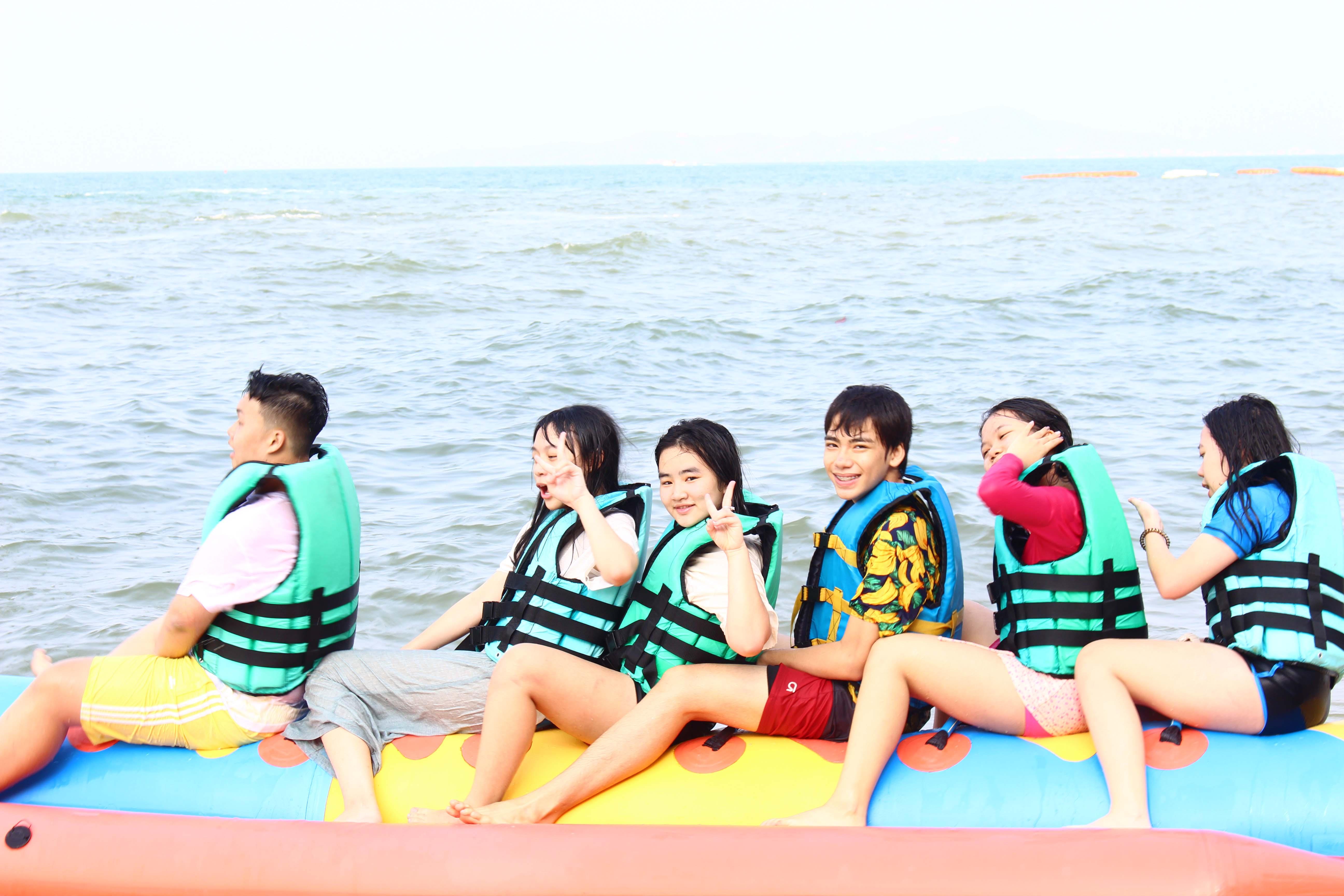 Vi vu trên chiếc thuyền Banana, ngắm mặt trời lên trên biển Pattaya