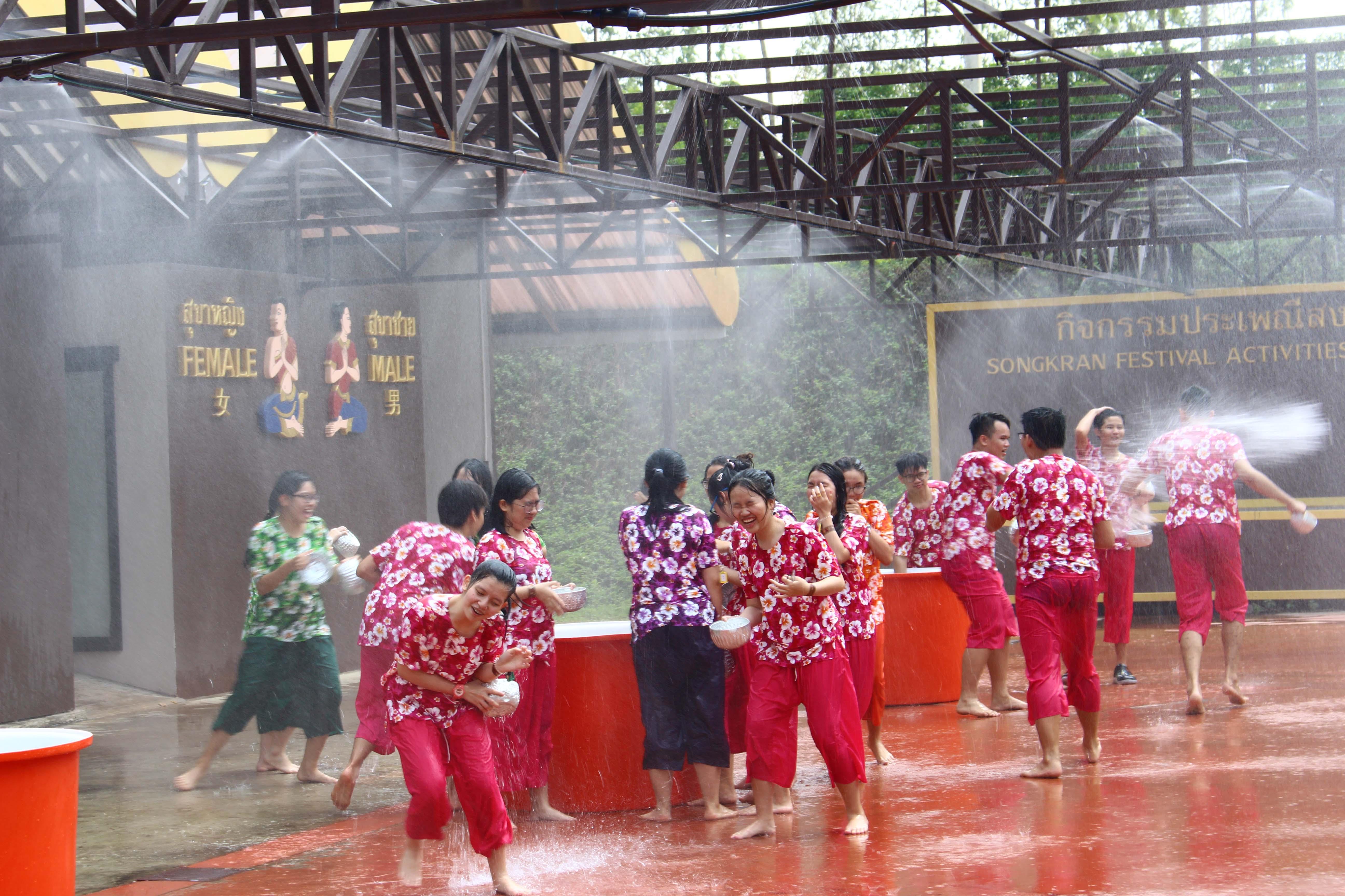 Trải nghiệm lễ hội té nước Songkran theo một cách rất riêng của WASSers Tây Úc